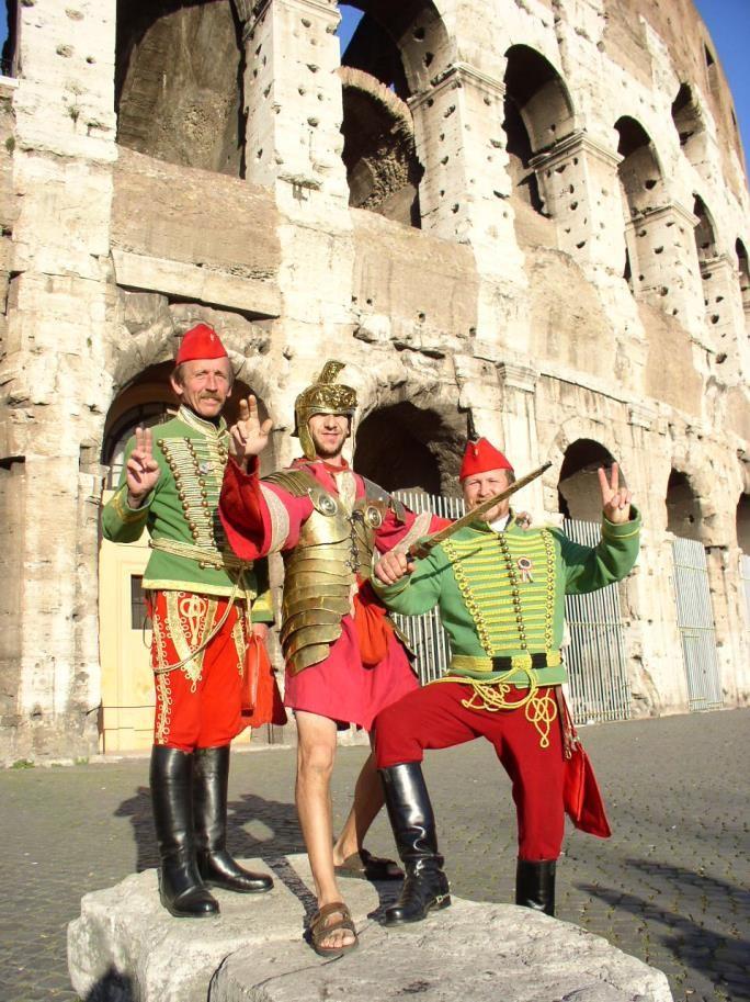 A Kolosszeum mellett Rómában, miután a középen álló idegenforgalmihagyományőrző centurio belátta, hogy pénzt kérni ezért a fényképért neki csak annyira lehet indokolt, mint Gáboréknak. Így, egy kurta viszály után, kihozták a dolgot nullszaldóra. Balról jobbra: Abonyi Gábor, a centurio, akinek nevét nem ismerem és Pajer Márton.