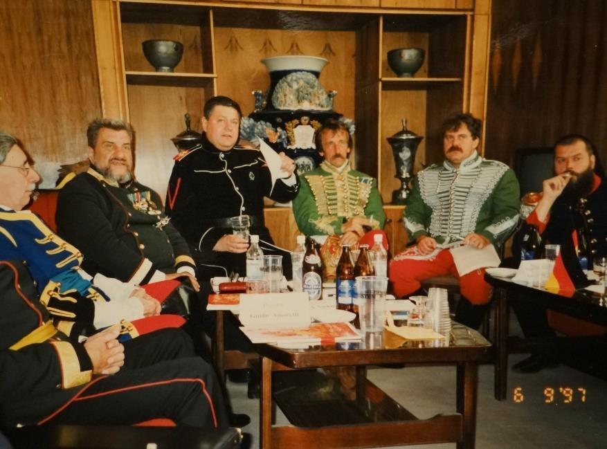 Moszkvában az Európai Katonai Hagyományőrző Szövetség küldöttgyűlésén Abonyi Gábor mint az EKHSZ magyarországi összekötő tisztje még és magam, mint az EKHSZ Sajtóhivatalának vezetője képviseltük Magyarországot. Balról: Guido Amoretti elnök, Friedrich A. Nachazel főtitkár, orosz nemzetiségű tolmácsunk, akinek nevére nem emlékszem, Abonyi Gábor, Fülöp Tibor Zoltán és egy mindig dohányzó orosz bajtárs.
