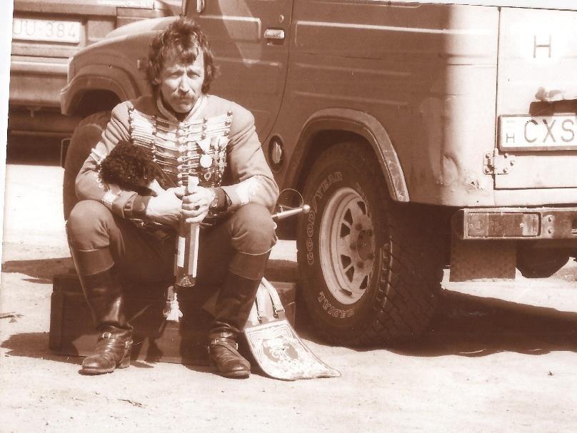 Az 1994-es Tavaszi Emlékhadjáraton. Gábor kezében egy üveg Zwack Óbester pálinka. Nem véletlenül. Mert ebben az évben a Zwack Ház támogatta a rendezvényt, a legvitézebb huszárról, báró barbácsi és vitézvári Simonyi Józsefről, vagyis Simonyi óbesterről elnevezett pálinka népszerűsítésének fejében.