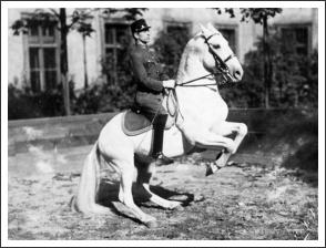 75 éve történt - a M.Kir. Testőrség Spanyol Lovasiskolája - Hazslinszky-Krull Géza őrnagy (forrás: lovasok.hu)